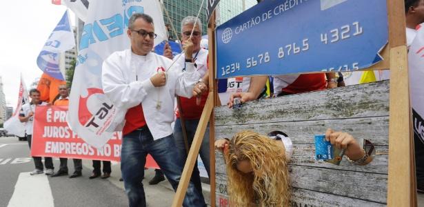 Centrais sindicais protestam contra juros altos em frente à sede do BC em São Paulo