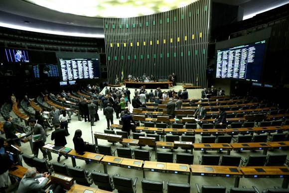 Deputados começam a ocupar o plenário da Câmara dos Deputados, antes da discussão do relatório do impeachment