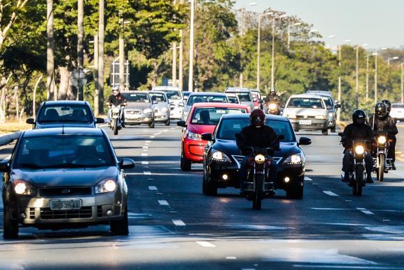 Uso do farol baixo em rodovias é obrigatório a partir de hoje
