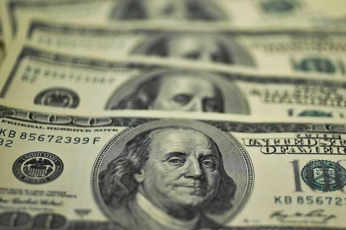 Dólar fecha abaixo de R$ 3,20, menor valor em um ano