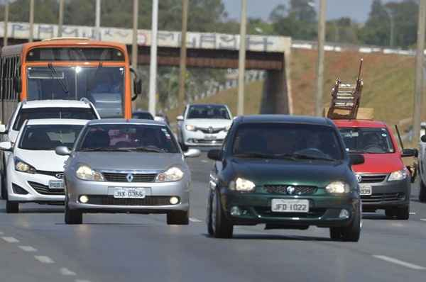Justiça suspende lei que exige uso de farol em rodovias durante o dia